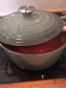 Tomatsausen putrer i vei.